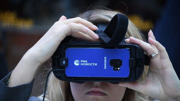 Тестирование очков виртуальной реальности Gear VR на Российском инвестиционном форуме в Сочи.