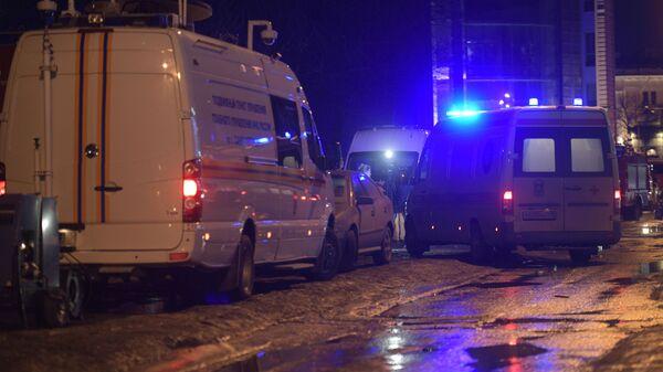 Автамобили МЧС РФ и скорой помощи у дома № 9 на улице Ломоносова в Санкт-Петербурге. 16 февраля 2019