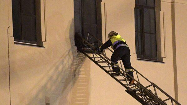 Сотрудник МЧС РФ у дома № 9 на улице Ломоносова в Санкт-Петербурге. 16 февраля 2019