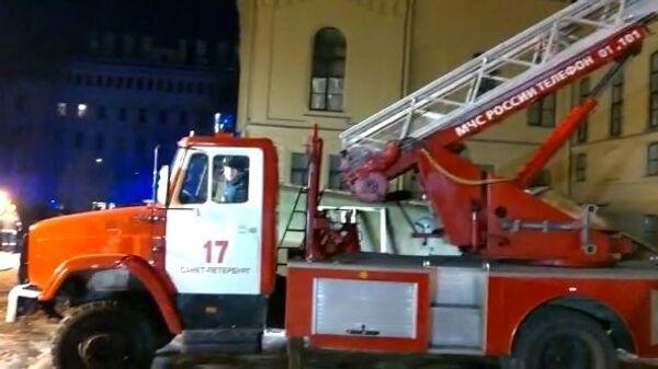 Пожарная машина у дома № 9 на улице Ломоносова в Санкт-Петербурге. 16 февраля 2019