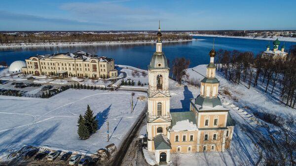 Церковь Казанской Богоматери и гостиница Волжская Ривьера (слева) в Угличе