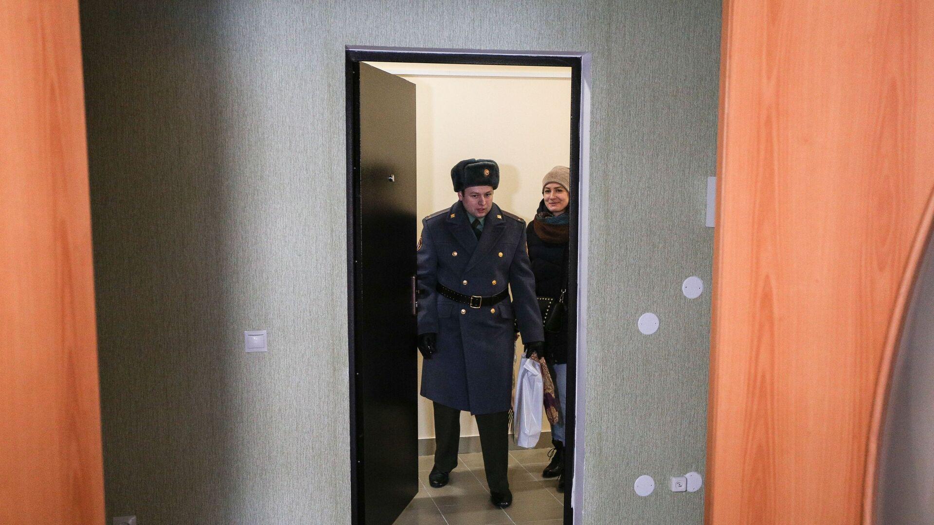 Новоселы заходят в свою новую квартиру после церемонии торжественной передачи служебного жилья военнослужащим войсковой части - РИА Новости, 1920, 15.09.2021