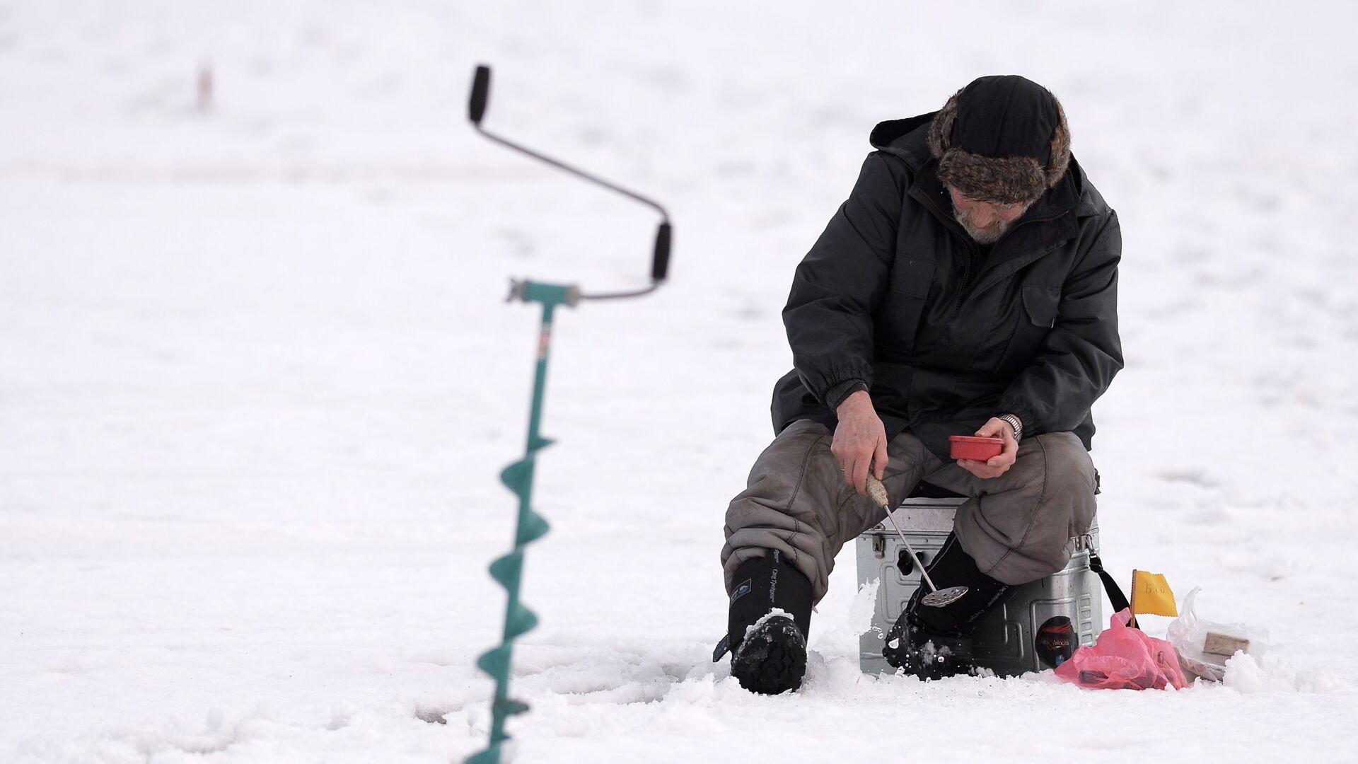 Участник этапа кубка Москвы по подледной рыбалке на мормышку, проходящий на Химкинском водохранилище - РИА Новости, 1920, 11.02.2021