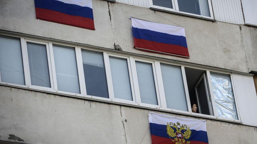 Российские флаги на балконах домов в Севастополе