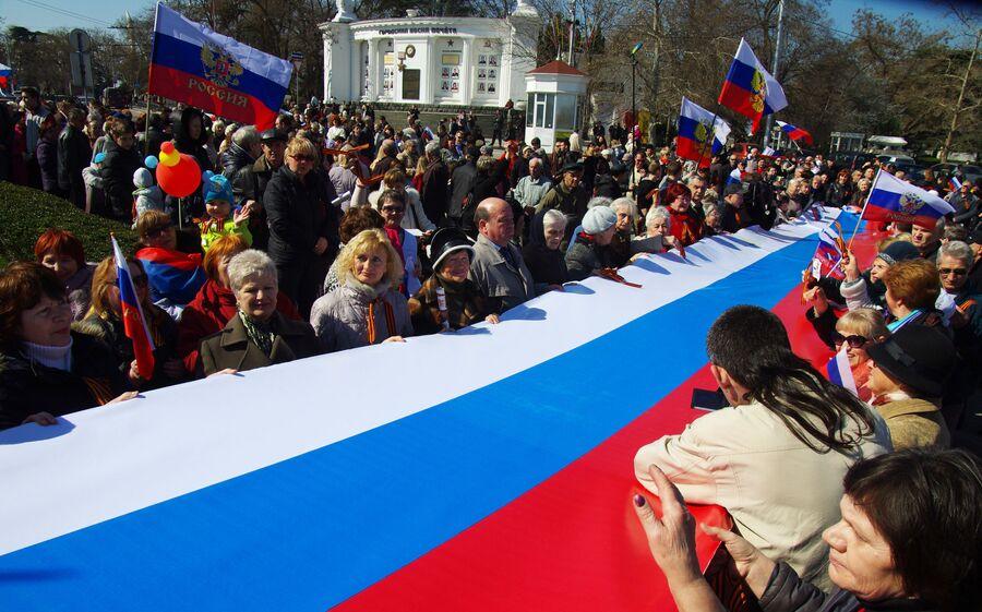 Участники акции Флаг России в каждый дом на площади Нахимова в Севастополе