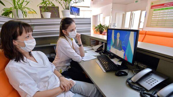 Медицинский персонал Центра сердечно-сосудистой хирургии смотрит трансляцию ежегодного послания президента РФ Владимира Путина к Федеральному Собранию