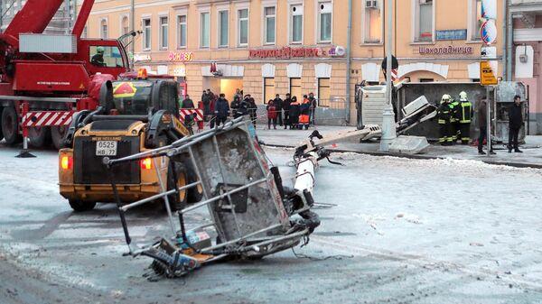 Автокран упал на проезжую часть в центре Москвы. 21 февраля 2019