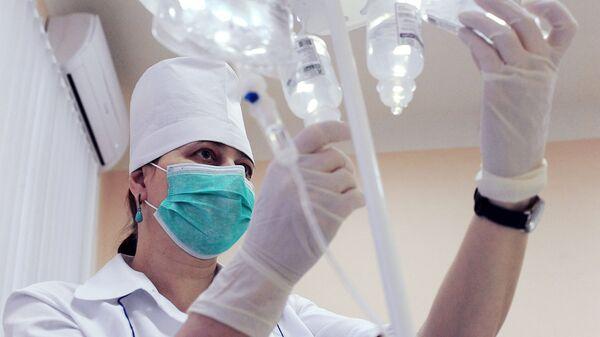 Медицинская сестра подготавливает лекарственные препараты