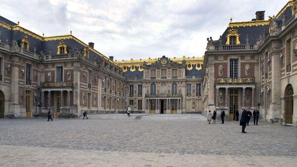 Отдыхающие на территории Версальского дворца в пригороде Парижа