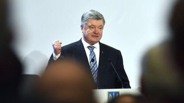 Президент Украины Петр Порошенко выступает в Совете регионального развития Львовщины в рамках своей предвыборной поездки во Львовскую область