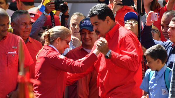 Мадуро станцевал с женой на митинге сторонников в Каракасе