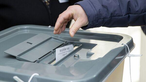 Мужчина голосует на парламентских выборах на избирательном участке в Кишиневе. 24 февраля 2019
