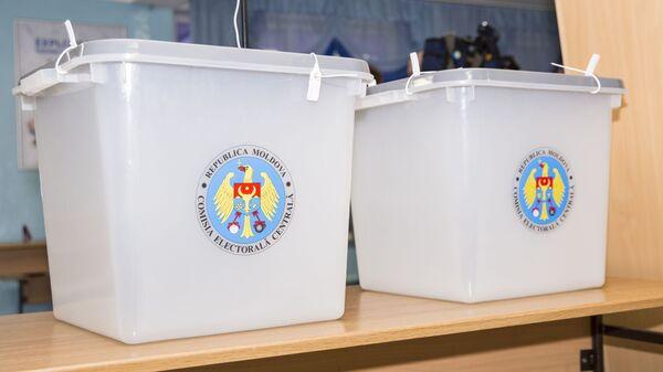 Урны для голосования на избирательном участке в Кишиневе
