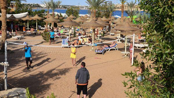 Отдыхающие играют в волейбол на пляже в Шарм-эль-Шейхе