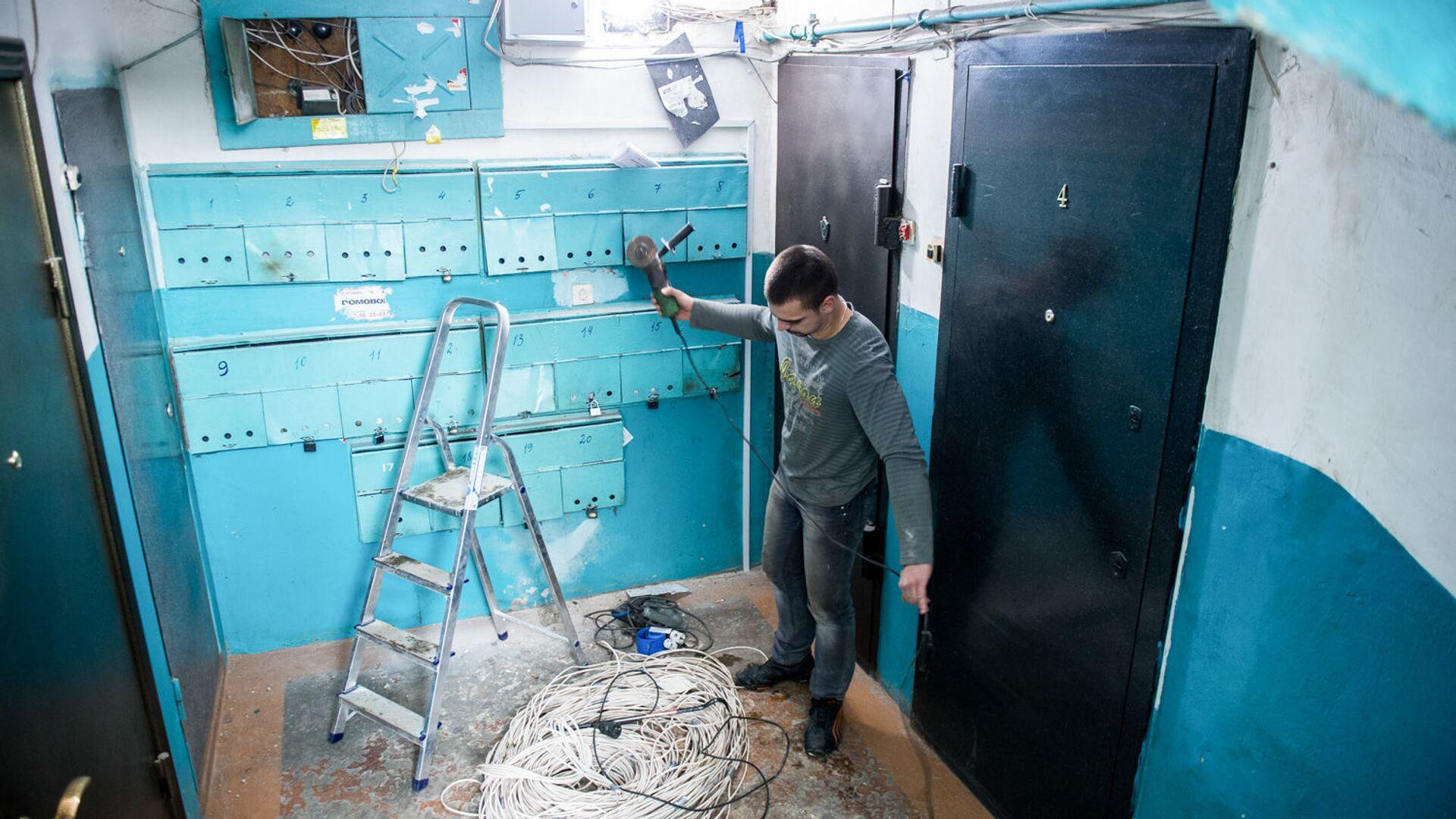 Рабочие меняют электропроводку в подъезде жилого дома - РИА Новости, 1920, 17.11.2020