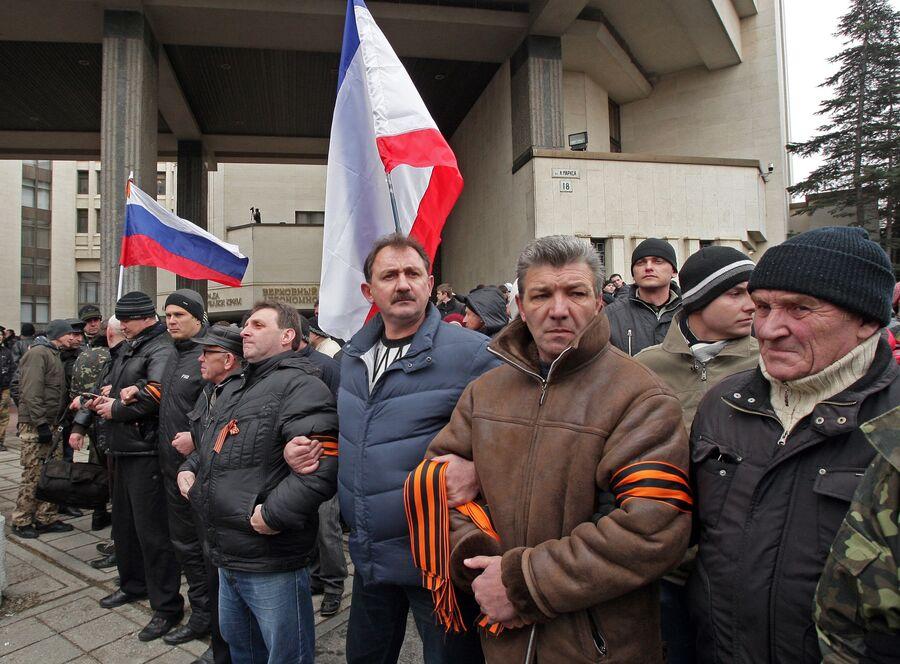 Участники митинга у здания Верховного совета Крыма в Симферополе