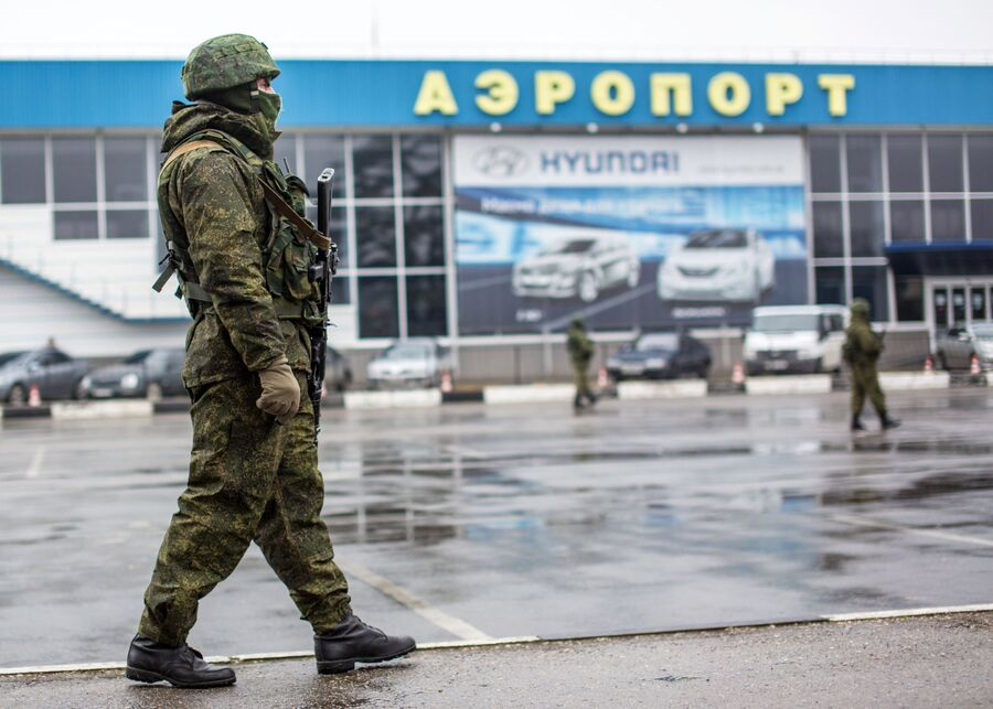 Вооруженный человек у здания аэропорта Симферополя