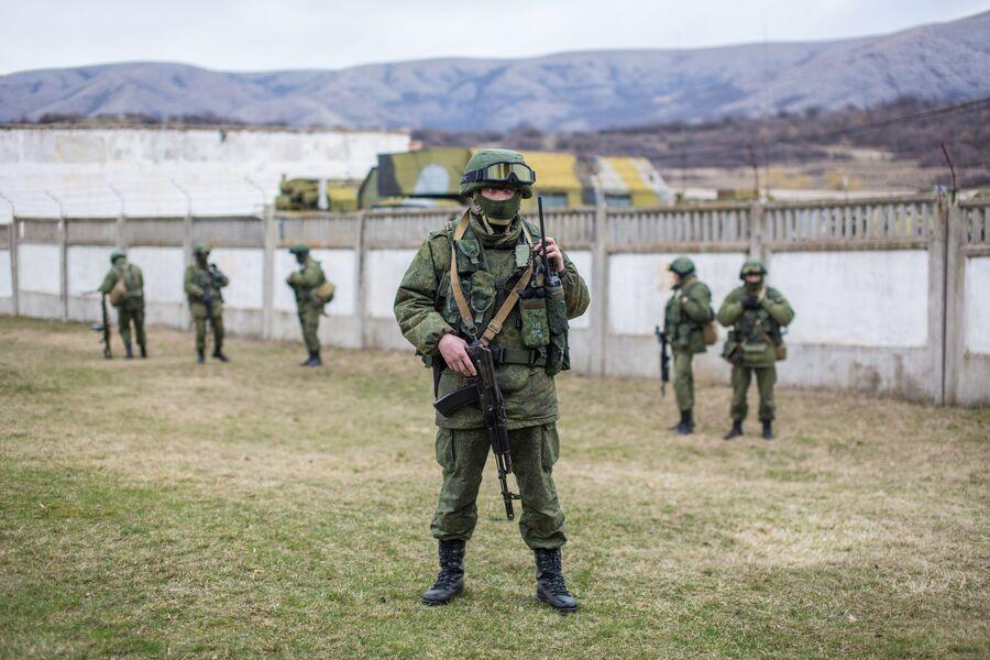 Военнослужащие у военной базы в селе Перевальное недалеко от Симферополя