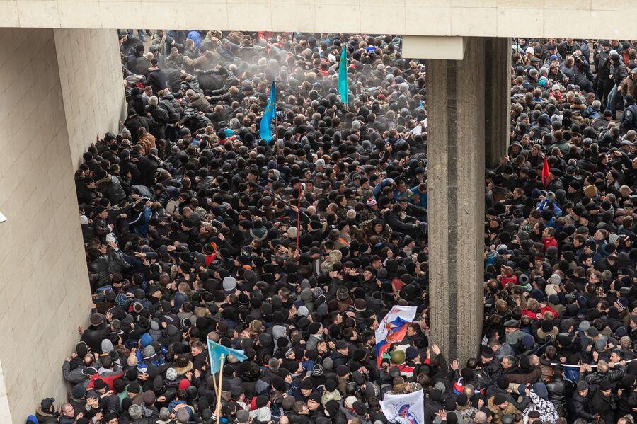 Столкновения участников массового митинга у здания Верховного совета Крыма в Симферополе. 26 февраля 2014 года