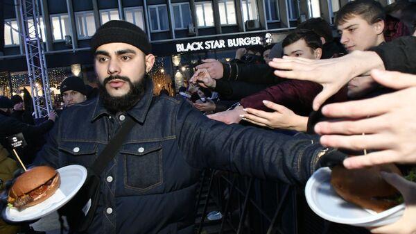 Раздача бургеров во время открытия ресторана Black Star Burger в Краснодаре