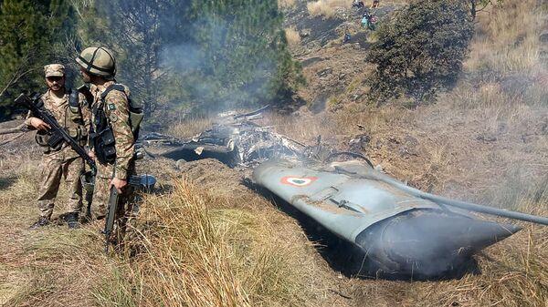 Пакистанские военные на месте крушения индийского истребителя в Кашмире. 27 февраля 2019