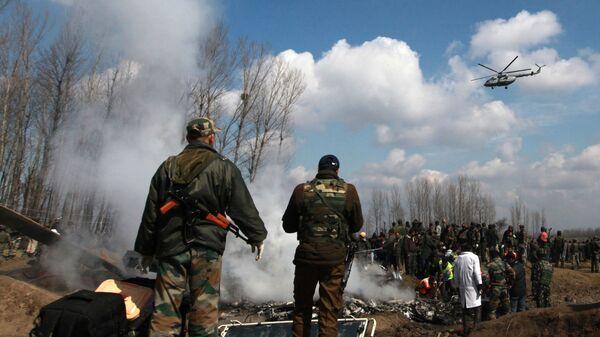 Индийские военные у обломков индийского военного вертолета в Кашмире. 27 февраля 2019