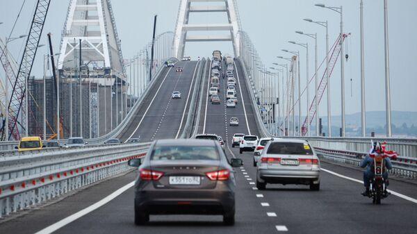 Автомобильное движение по автодорожной части Крымского моста