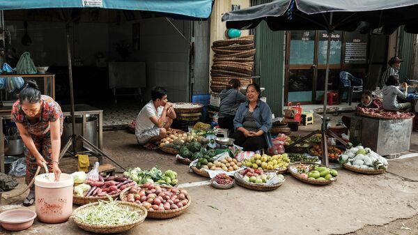 Продавцы овощей и фруктов на одной из улиц Дананга