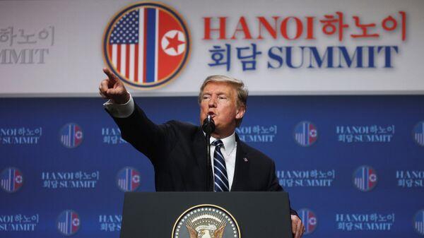 Президент США Дональд Трамп проводит пресс-конференцию после саммита с лидером Северной Кореи Ким Чен Ыном в Ханое. 28 февраля 2019