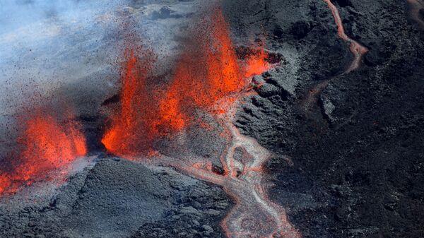 Извержение вулкана Питон-де-ла-Фурнез на юго-востоке острова Реюньон в Индийском океане