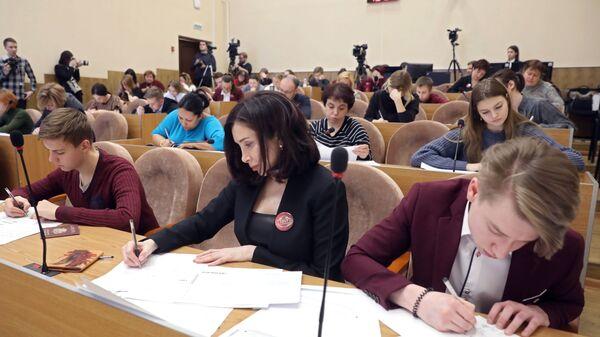 Участники всероссийской акции Единый день сдачи ЕГЭ с родителями во время сдачи экзамена в Москве