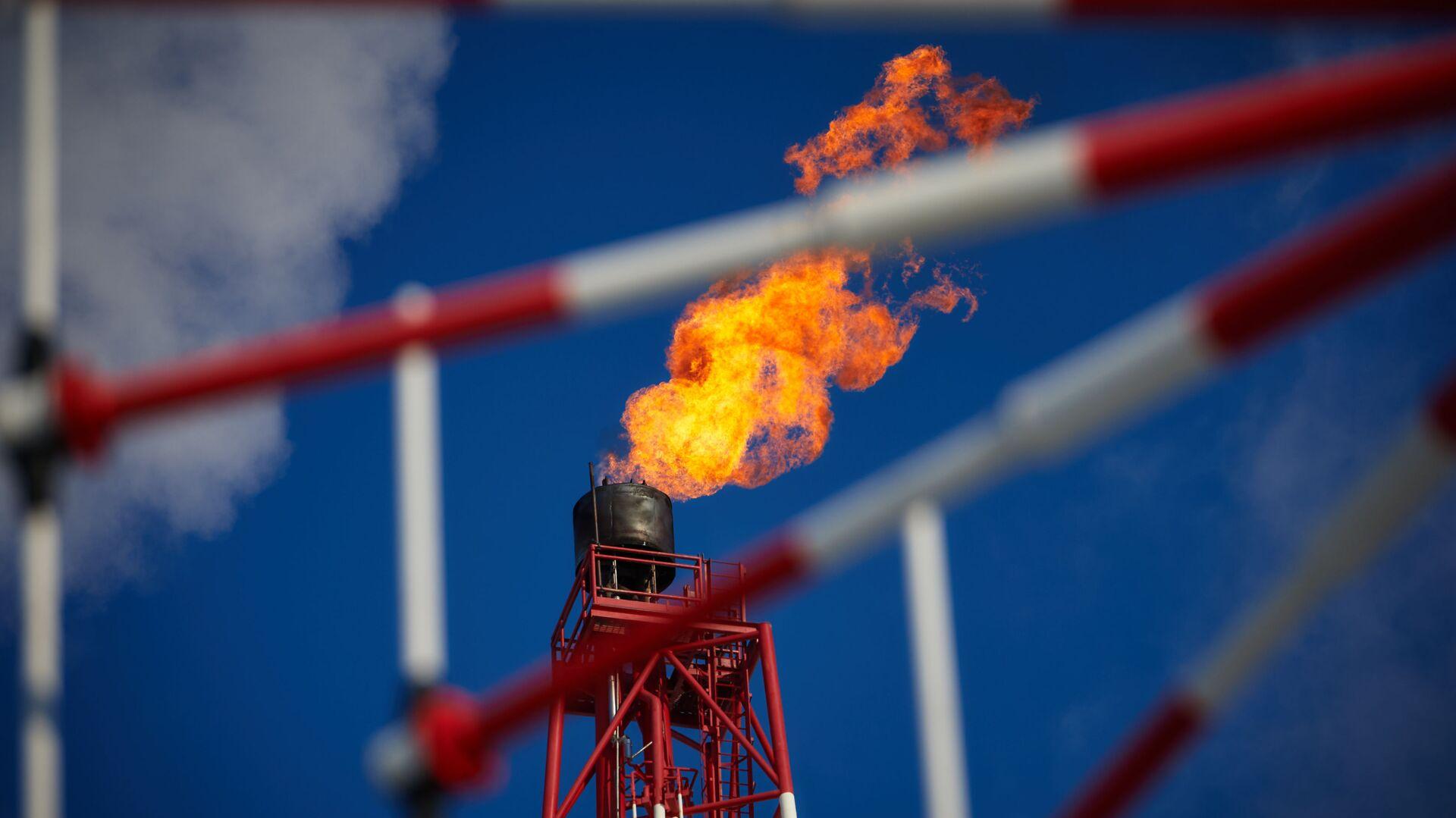Газовый факел морской нефтеперерабатывающей платформы Приразломная - РИА Новости, 1920, 15.06.2021