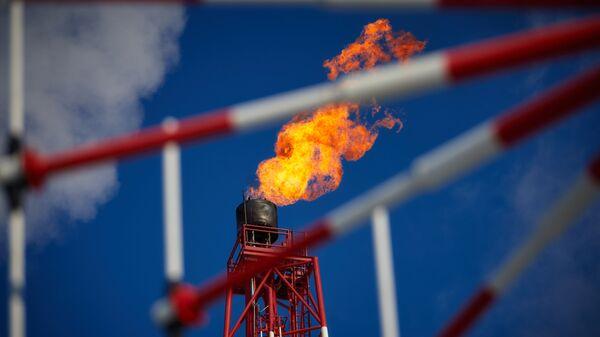 Газовый факел морской нефтеперерабатывающей платформы Приразломная
