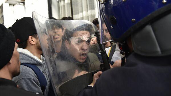 Демонстрации против выдвижения действующего президента Алжира Абдельазиза Бутефлики на пятый президентский срок подряд