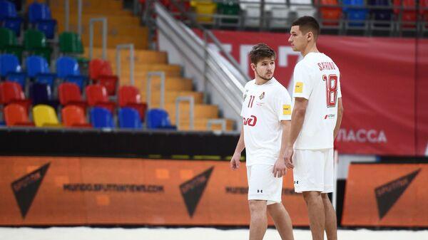 Футболисты Локомотива Остап Федоров (слева) и Никита Сафронов