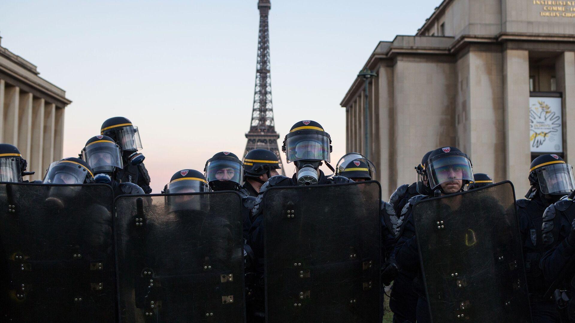 Сотрудники полиции во время акции протеста желтых жилетов в Париже - РИА Новости, 1920, 03.04.2021