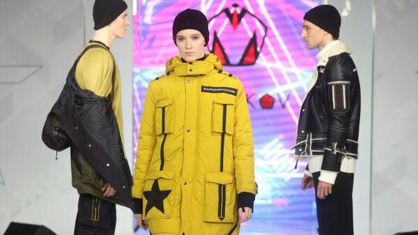 Модели демонстрируют одежду из коллекции Форма одежды номер 7 модельера Михаила Манакова