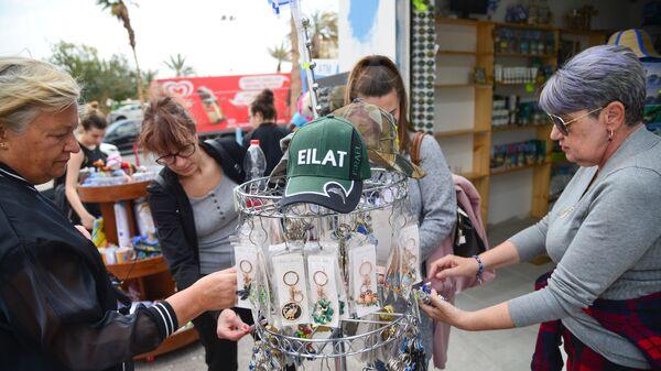 Туристы в сувенирном магазине на одной из улиц в Эйлате