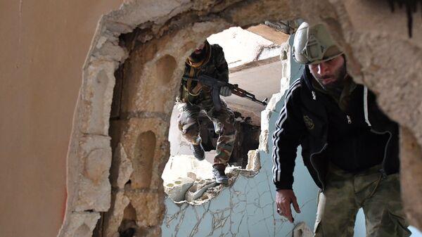 Сирийские военнослужащие и бойцы ополчения  в провинции Хама