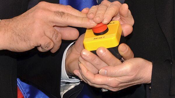 Кнопка перезагрузка в руках глав внешнеполитических ведомств России и США Сергея Лаврова и Хиллари Клинтон в отеле в Женеве