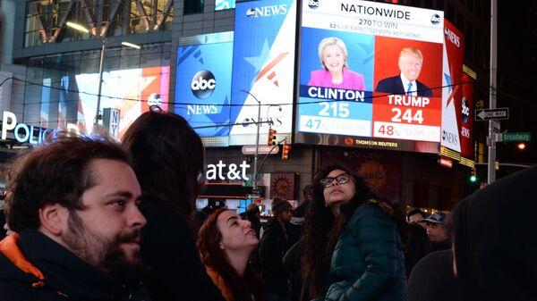 Горожане на площади Таймс-сквер в Нью-Йорке у экранов с предварительными итогами подсчета голосов на выборах президента США. 2016 год