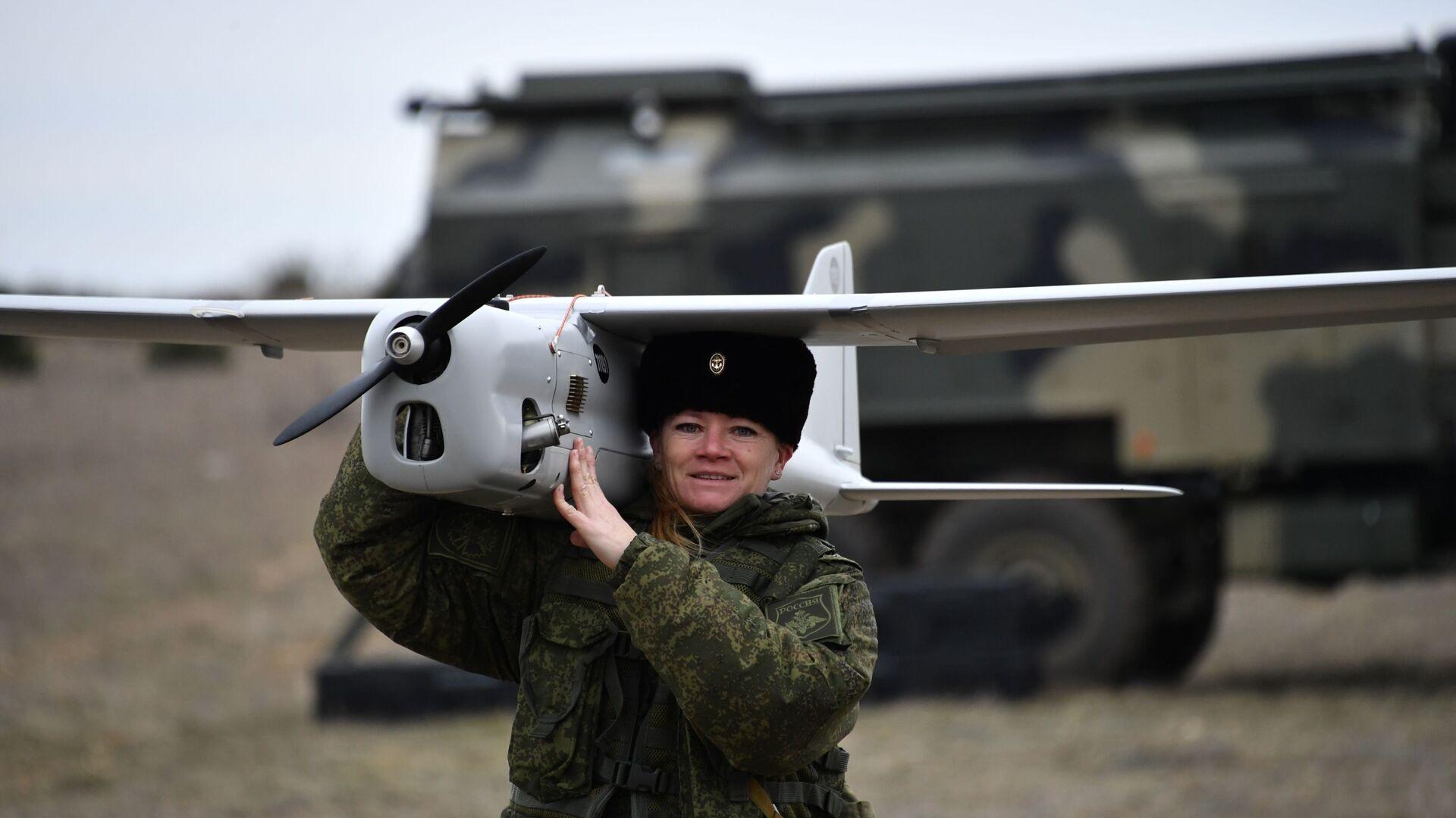 Женский боевой расчёт по управлению беспилотными аппаратами - РИА Новости, 1920, 12.10.2021