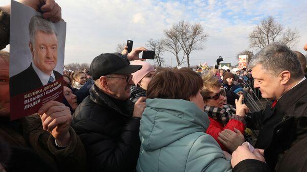 Президент Украины Петр Порошенко во время визита в Днепропетровскую область