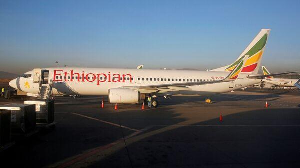 Самолет Эфиопских Авиалиний Boeing 737-800 во время технического обслуживания в Международном аэропорту Боле в  Аддис-Абебе