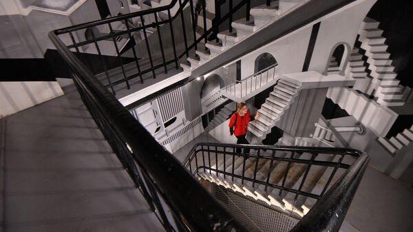 Женщина поднимается по лестнице