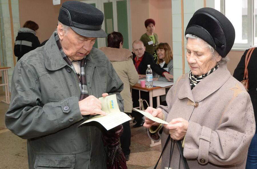 Жители Симферополя на одном из избирательных участков во время голосования на референдуме о статусе Крыма