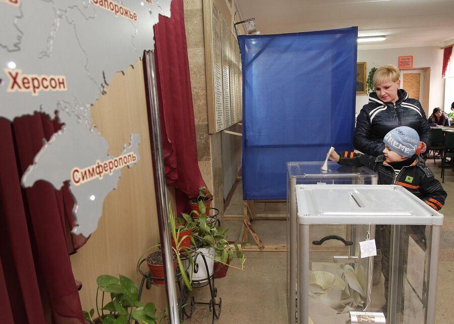 Голосование на референдуме о статусе Крыма на одном из избирательных участков Симферополя