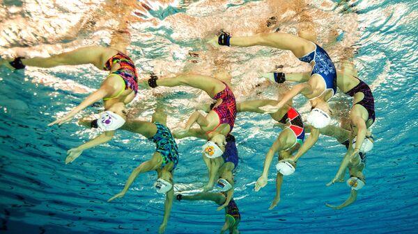 Спортсменки сборной России по синхронному плаванию  во время тренировки в центре сборных команд России Озеро круглое в Московской области
