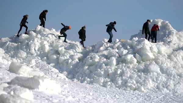 Ледяные торосы на Золотом пляже Зеленогорска, достигающие в высоту несколько метров