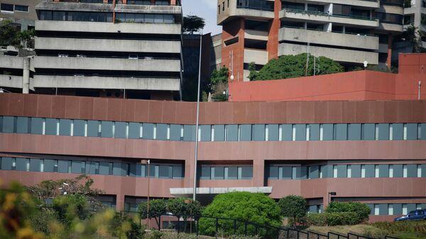 Здание посольства США в Каракасе без американского флага